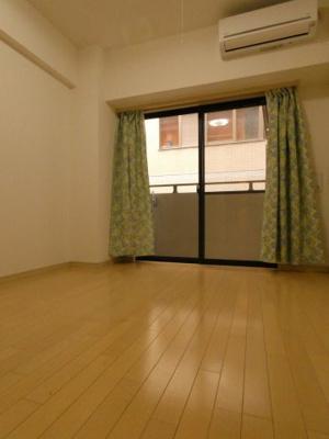 洋室6.9帖のお部屋です。