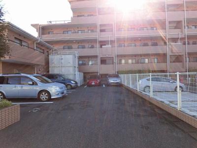 平置き駐車場・機械式駐車場です。