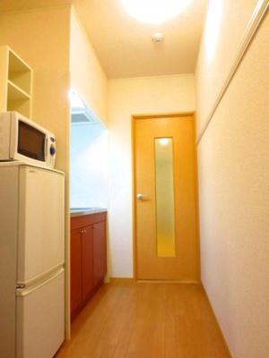 廊下(壁側にある白い板にはハンガー・フックかけられます)