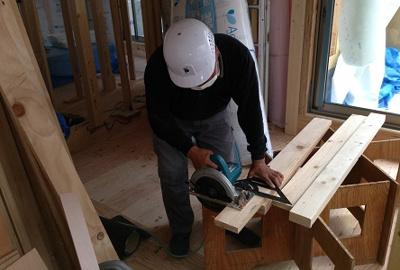 また同時進行で内部の造作工事に入ります。壁・天井には石膏ボードと呼ばれる不燃材料で作られています。