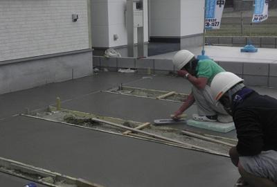 外壁工事が終わると外構工事になります。当社では外構工事を含めた建物一体でのお引渡しになります。 三木市自由が丘本町3丁目第27 新築一戸建て