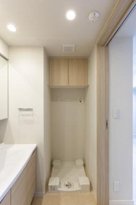 洗濯機置き場上には吊り戸棚が用意されています。