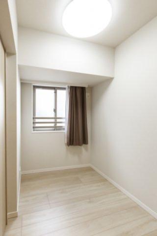 2.6帖のコンパクトな洋室は、寝室にも、作業部屋としても使えます
