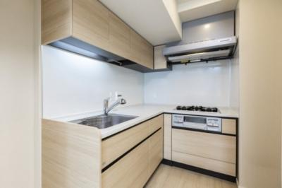 L字キッチンは料理好きに好まれる形。吊り戸棚も完備で収納力も充実です。