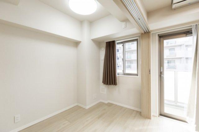 スタンダードな洋室。フローリングは白基調で部屋を広く見せてくれます