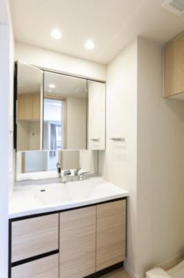 きれいでひろい洗面台です。朝の身支度も余裕を持って行えます