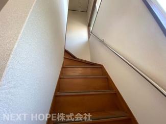 2階への階段です♪手すり付きで昇り降りも安心・安全です(^^)