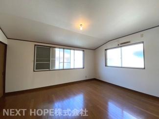 2階洋室10帖です♪二面採光の明るい室内です(^^)広く快適な室内です!!