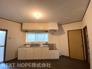 明るく快適なダイニングキッチンです♪シンク前には窓も有ります!キッチン足元には床下収納も設けられており、食品などのストック場所として重宝しますね(^^)