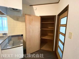 キッチン横には収納が有り、パントリーとしても使用できますね(^^)