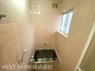 浴室です♪タイル張りです!一日の疲れを癒してくれます♪窓もあるのでカビ対策も出来ますね(^^)