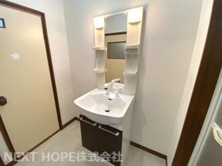 洗面化粧台はシャワー水栓で使い勝手がいいです♪奥には浴室がございます!
