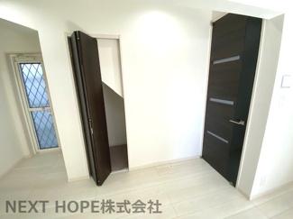 1階ホールには階段下を利用した収納スペースです♪