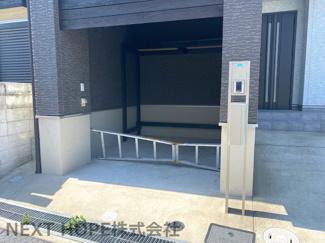 玄関横にはビルトインガレージがございます♪大切な自動車を雨・風から守ってくれます(^^)