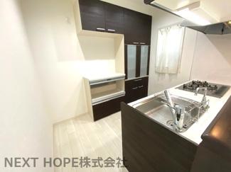 キッチン後方にはカップボードが設けられております♪たくさんの食器が収納できます!