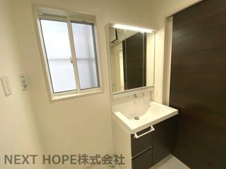 1階部分の洗面化粧台はシャワー水栓で使い勝手がいいですね(^^)鏡は三面鏡です!鏡の後ろは小物収納になっております♪2階にも洗面化粧台がございます!