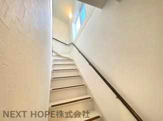 2階への階段です♪手すり付きでお子様も安心・安全に昇り降りできますね(^^)