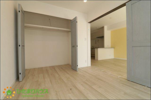 リビングと続き間の洋室はお子様のお昼寝や家事のスペースとしても大活躍です。