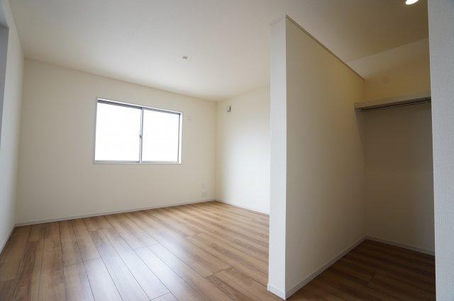 【同仕様施工例】2階8.5帖 バルコニーへ出入りできるお部屋です。