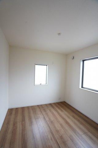 【同仕様施工例】2階5.34帖 窓が2面あるので採光・通風のよいお部屋です。