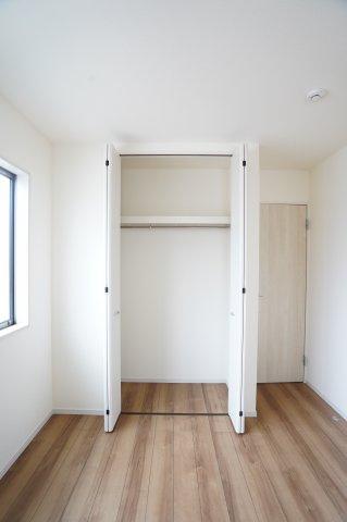 【同仕様施工例】2階5.34帖 パイプハンガーや収納棚があり、シーズンを気にせず収納できるので使い勝手がいいです。