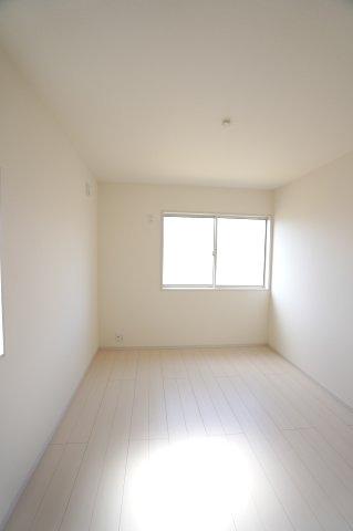 【同仕様施工例】2階 窓が2面ありますので、気持ちのよい風が入ってきそうなお部屋です。換気も十分にできます。