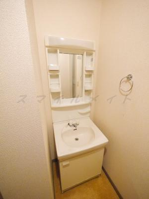 脱衣所には人気の独立洗面台がありますので便利です