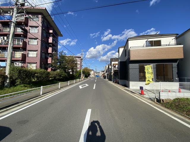 前面道路は4.9mと8mの公道です。