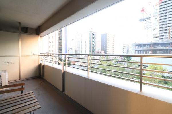 【バルコニー】11.26㎡の広々としたバルコニー!ベンチを置いて梅田の街を眺めながら黄昏て頂けます☆