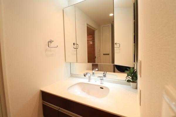 【独立洗面台】清潔感ある洗面台です!鏡裏収納付き◎