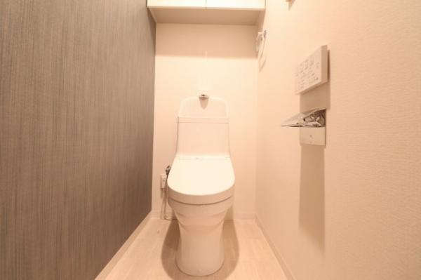 【トイレ】吊戸棚付きでトイレットペーパーなど収納できます◎2020年12月便座交換済み!