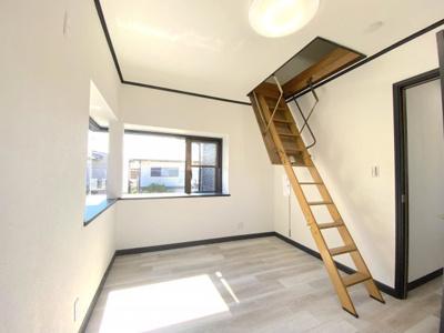 2階には梯子で登る「小屋裏収納」スペースあり
