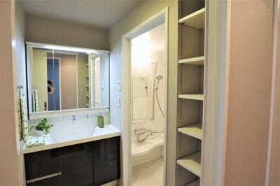 洗面室には便利な棚が有ります♪