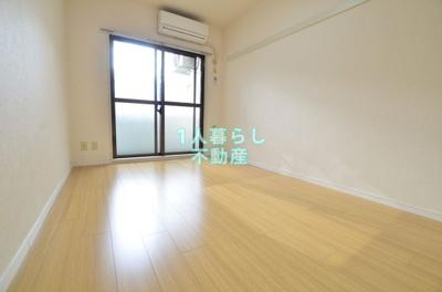 窓が大きくて開放感のある洋室です。