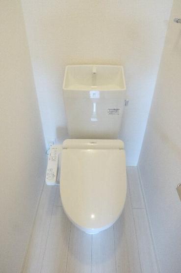 キレイな個室空間です。温水洗浄機能付き便座