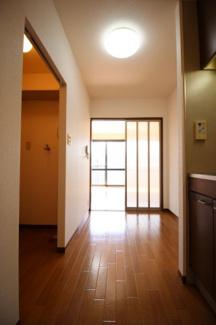 玄関から室内を望む(同タイプ)