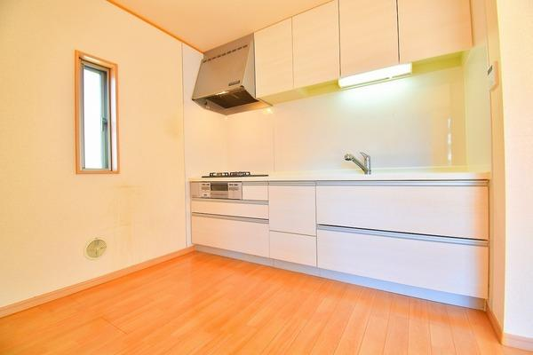 収納豊富な明るいキッチン。 ここまで収納スペースがあるとキッチン周りをきれいに保てますね!
