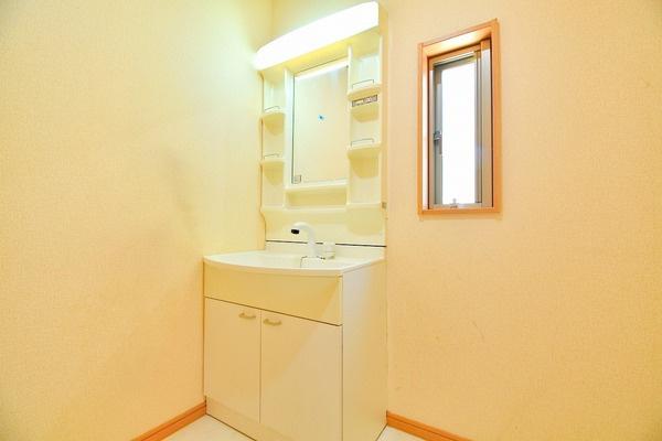 広々した洗面台には豊富な収納! 気遣いのある設計♪