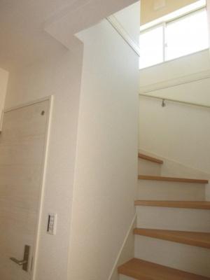 (同仕様写真)手すり付きの階段で上り下りも安心です