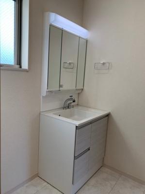 【同社施工事例写真です】身だしなみを整える洗面所は、いつも清潔にしておきたい場所!換気、明かり採りの窓も完備!明るいです!