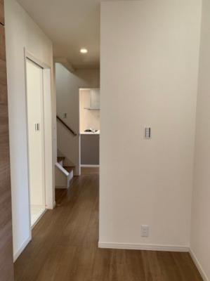 【同社施工事例写真です】暮らしやすさと安全の為に、階段には手すりを採用しています。窓もあり明るく風通りも良いです