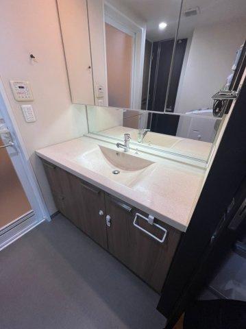 洗面台も広々としており、大きな鏡も設置しておりますので毎朝の用意も楽々です、キッチンとの動線も確保されておりますのでお子様のご入浴時も安心です。