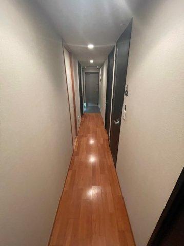 リビングから玄関まで一直線の廊下となっており、ドアも内開きとなりますのでご家族の方とドアの開け閉めの際にぶつかる心配もございません。