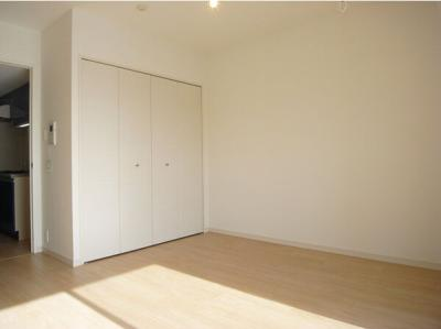 「洋室9.3帖のお部屋です」