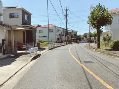 閑静な住宅街です。公道南西側12mに接道しています。