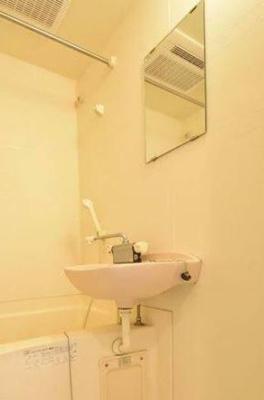 鏡付きの洗面台。同一仕様