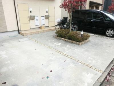 ☆玄関ドア側・敷地内に駐車場あり!☆