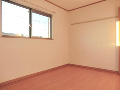 ☆洋室6帖の寝室です。各居室にエアコン完備です。☆
