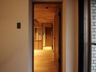 洋室からリビング、玄関への動線