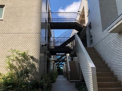 階段 当該住戸にはエレベーターではアクセス不可、階段です。
